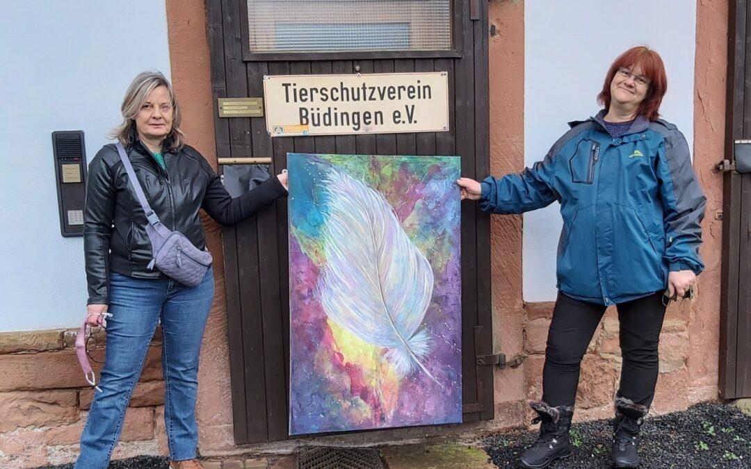 Carina Miller übergibt versteigertes Gemälde an Heike Böhm